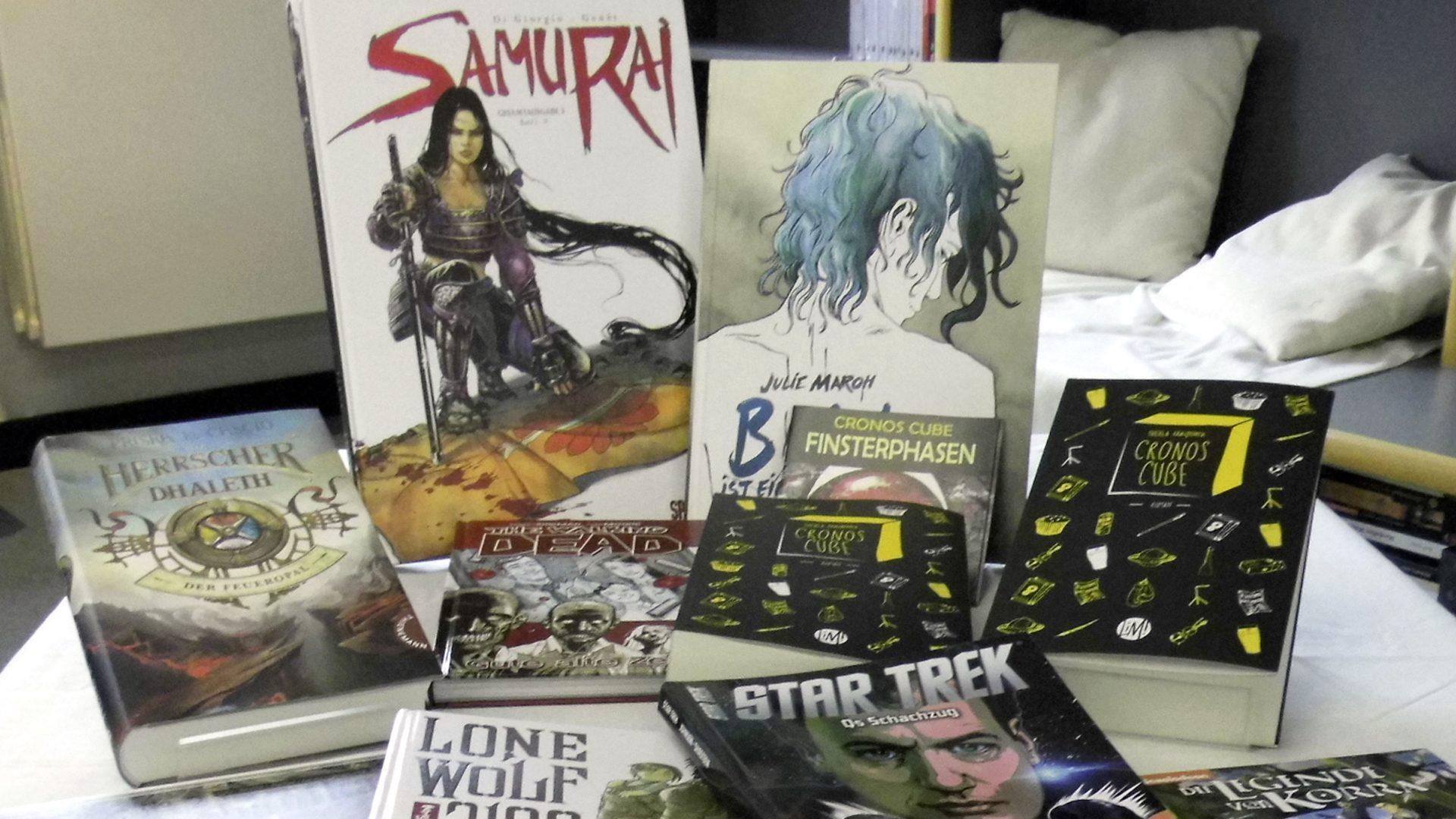 Zur Langen Nacht der Computerspiele sind wir im ersten Stock des Lipsius-Baus mit einem Bücherstand verteten, und haben für euch ein schönes Sortiment aus Graphic-Novels und Comics zusammengestellt.